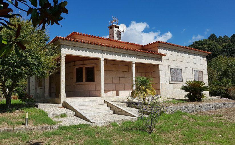 Maison en pierre taillée située au Gerês